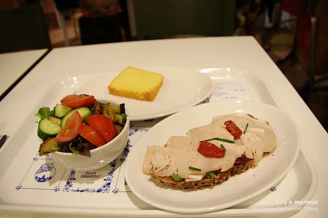 這就是我花了10歐吃的套餐,蠻清爽的還不錯吃,沙拉是稱重的。故意挑份量少清淡些的,因為等等機上就要供餐了。