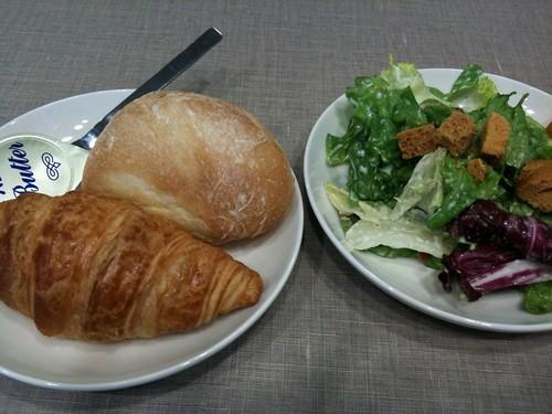 食べ放題のパンとサラダ