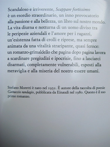 """Stefano Moretti, Scappare fortissimo, Einaudi 2011; [resp. grafica non indicata], alla cop.: """"foto David Goldman / Gallery Stock"""", q. di cop. (part.), 1"""