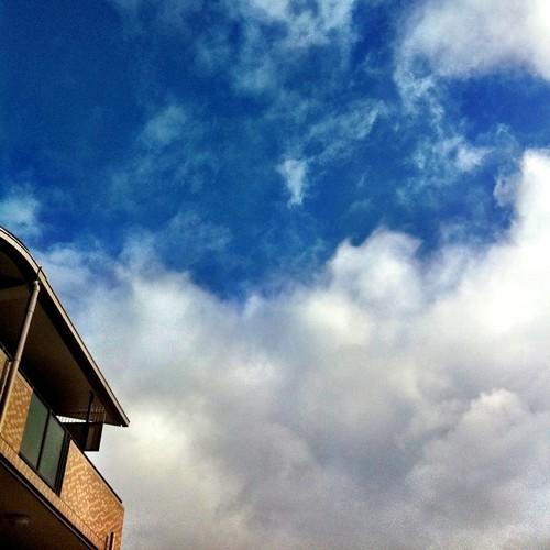 今朝の空。 みんなー、今日も笑顔で(」。・ω・)おっ(。・ω・)=《《≠≠≠≠≠≠≠≠〇波!! #Osaka #morning