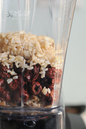 依序放入核桃、紅棗、糙米飯、腰果
