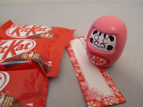 キットメール with だるま (Kit Kat for mailing, with Daruma toy)