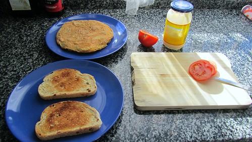 Tortilla de patatas con tomatito y pan.