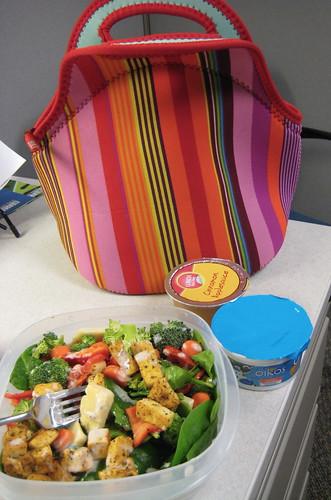 Lunch-salad, oikos, applesauce