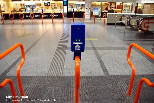 地鐵站的打印票機,以及入口,完全採自由心證制。這個角度拍打印機好像有可愛的臉。XD