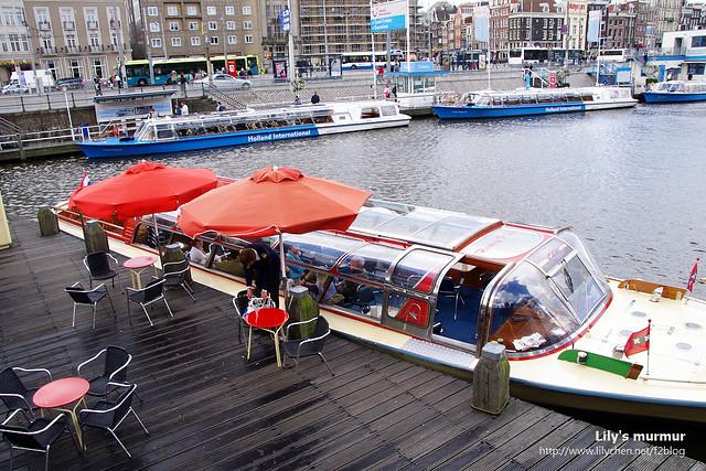 中央車站前面也可以搭乘運河觀光船,船裡頭還能用餐呢。似乎很愜意啊~