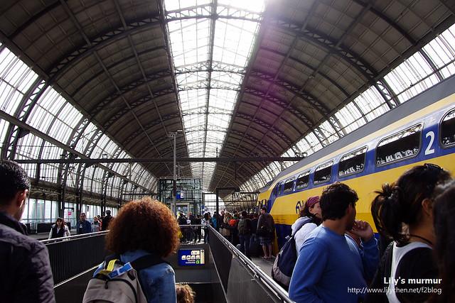 阿姆斯特丹中央車站一景,月台上的棚架讓人有在溫室內的錯覺。