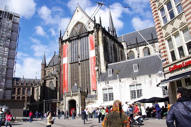 旁邊另外一間大教堂,進入參觀要收費,一個人7歐,我當然是沒進去。有個戴尖帽的路人很搶戲。
