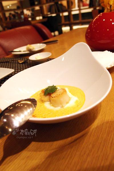 嫩煎北海道干貝佐椰香紅咖哩醬汁