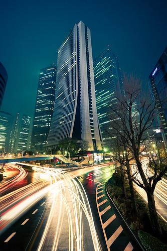 Shinjuku skyscraper light trails : Shinjuku, Tokyo, Japan / Japón