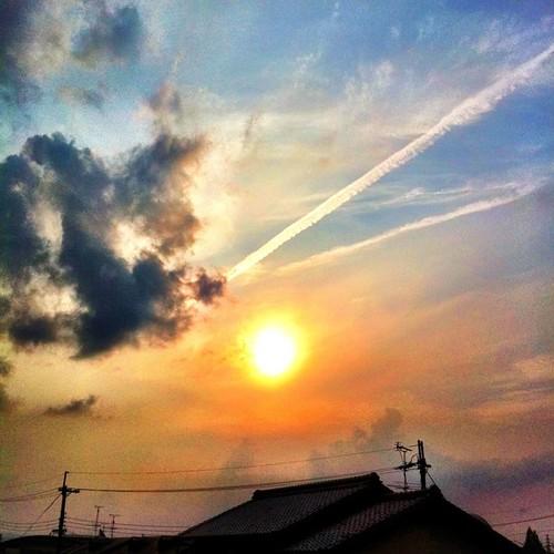 あっ、飛行機雲が…。 今日も一日、お疲れ様でした。 #sunset