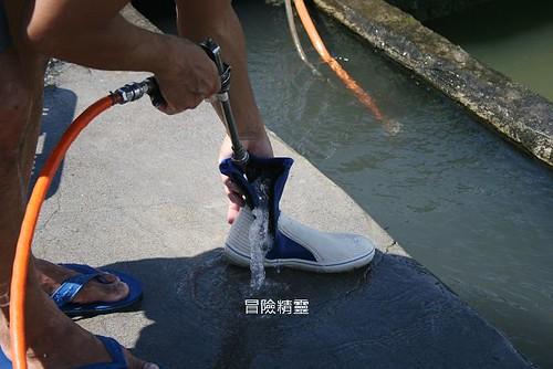 用高壓水槍清洗溯溪鞋