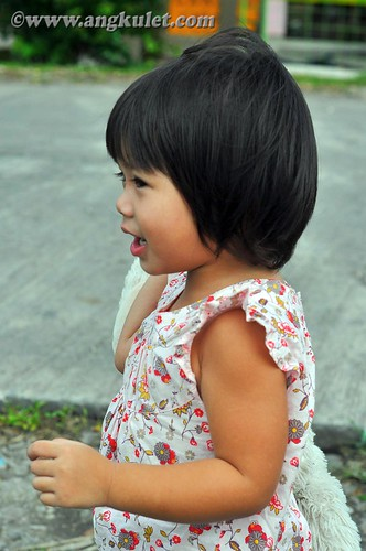 Lia waiting for the bus at the Diversion Road, Pili