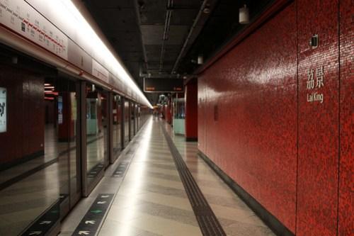 Platform for southbound Tsuen Wan Line trains at Lai King station