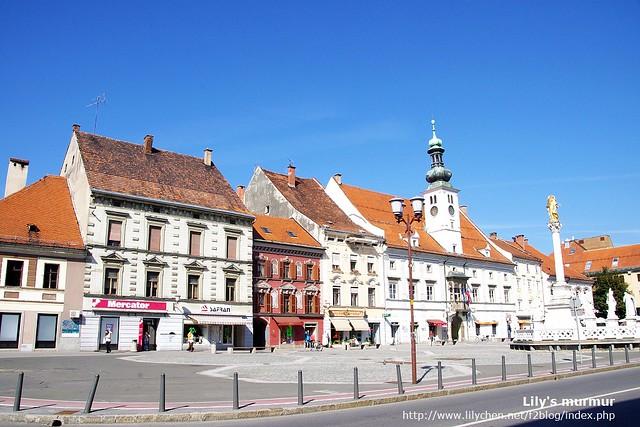Maribor舊城區的Main Square,說是最大的廣場好像也沒有很大...右邊那個金色雕像的就是黑死病紀念碑。