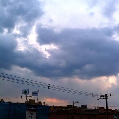 夕暮れ時だよ~! なんか天気が…。今日もお疲れ様でした。☆。.:*:・'゜ヽ( ´ー`)ノ まったね~♪