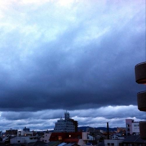 (^o^)ノ < おはよー! 今朝の大阪、どんより曇りです。 今日も笑顔でがんばろ~! #Osaka #morning