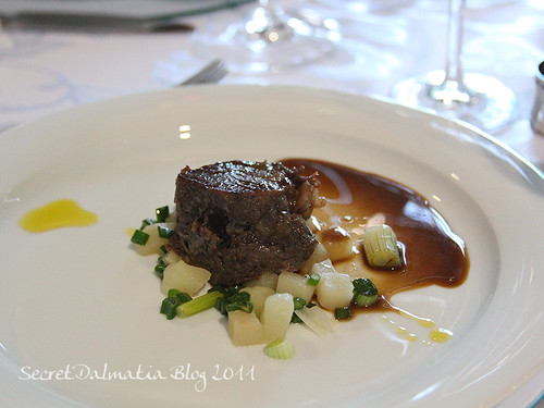Boskarin baby beef on potatoes and onions