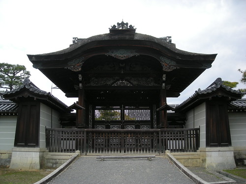 Chokushi-mon from outside the palace