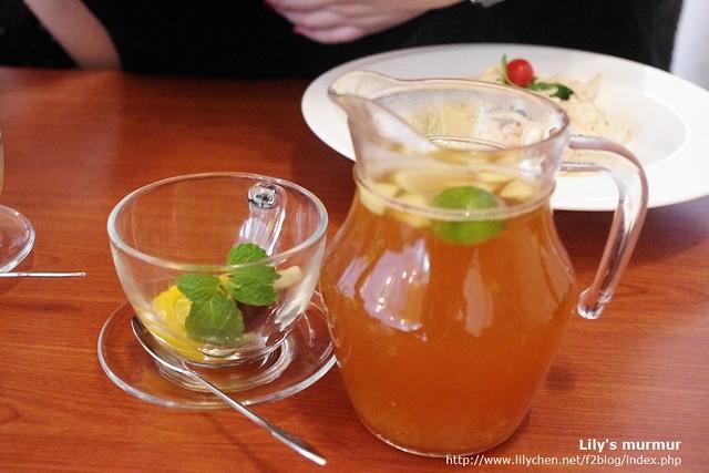 熱帶鮮果茶,姊妹都點熱的,是一整壺的。
