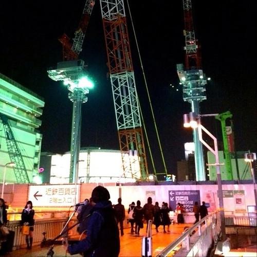 もうすぐ帰宅! 天王寺駅前は、賑やかです。新しいクレーンが一本仲間入りしてるよ!では、みなさん、今日もお疲れ様でした。☆。.:*:・'゜ヽ( ´ー`)ノ まったね~♪