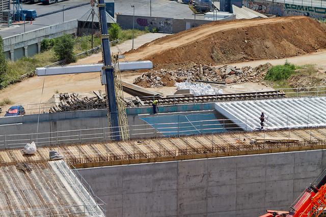 Siguen colocando vigas en vial segregado lado mar - Triangle Ferroviari - 22-06-11