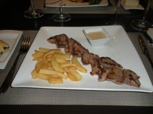 Iberian sirloin with fried potatoes and mustard sauce