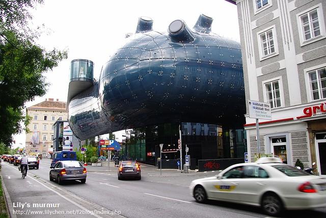 這是Kunsthaus,我讀了維基,據說設計者當時是想要表現友善的外星人的意思。但其實我有看沒有懂...