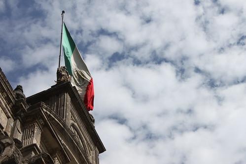 Bandera sobre catedral 1
