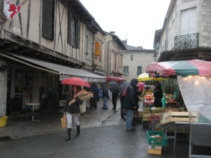 Soggy market day in Eymet