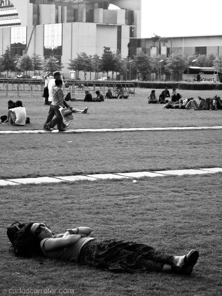 Descansando entre la cancillería y el Reichstag