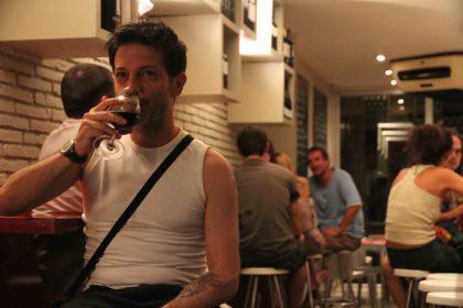 10h14 Gracia048 Hombre solo bebiendo vino