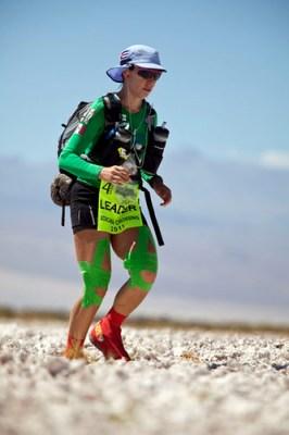 Nahila Hernandez como lider en el ultramaratón de Atacama