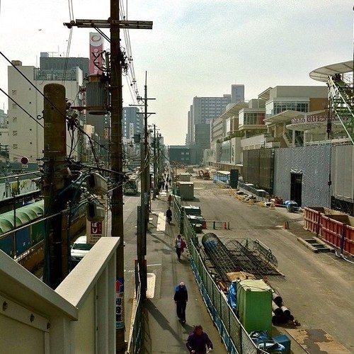 お昼だよ! 天王寺歩道橋からの眺め。左手は上町線、右手はこの春には完成するQ's ホールです。早くできないかな? #Osaka #Abeno