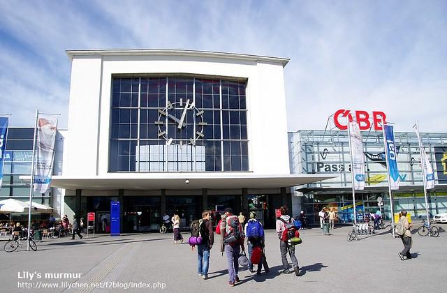 奧地利Meilding火車站的外觀,前面有幾個年輕人看起來像背包客。