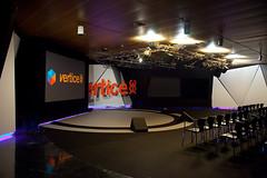 Montaje del anfiteatro de la agencia Vértice 360