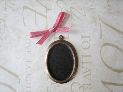 chalkboard necklace diy - trimming the bow