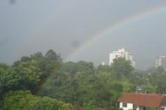 Lindo arco-íris durante uma chuva de verão