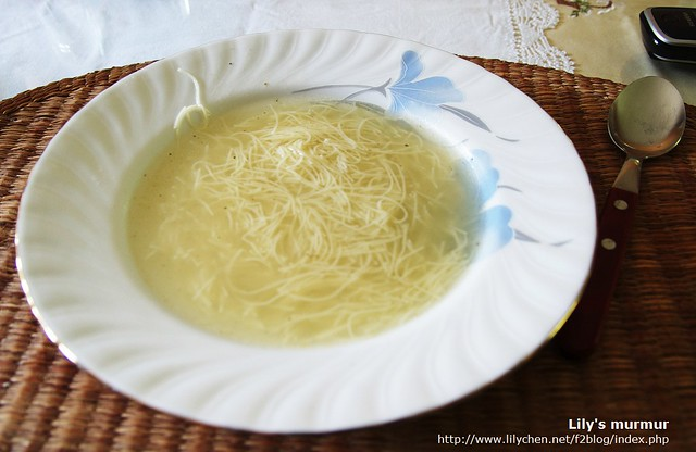 這個應該是她們的天使麵,尼媽煮成湯品。看起來真的超像麵線湯,嘗起來也好像,噗。