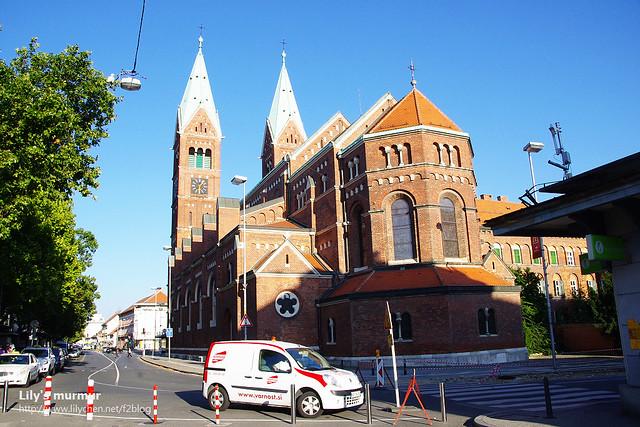 有著兩座57公尺高尖塔的The Francisca教堂。