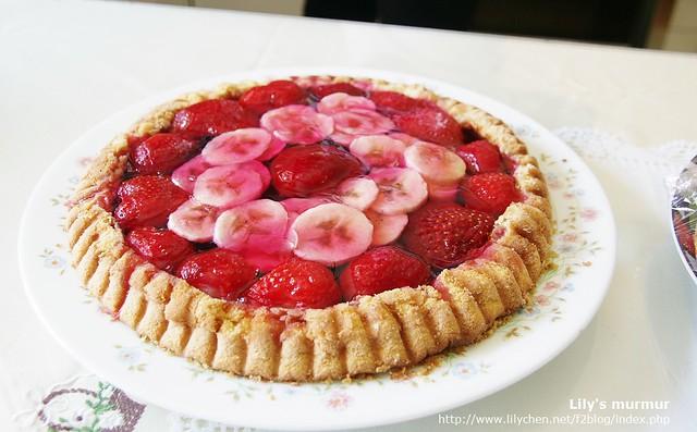M奶奶做的草莓香蕉藍莓派,很好吃,也很有賣相,看起來超專業!