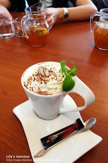 焦糖瑪琪朵,還送了一小塊的巧克力,跟在歐洲喝咖啡一樣有送小塊巧克力!