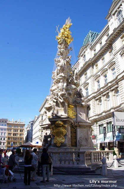 維也納格拉本大街上的雕像,在陽光下看起來金光閃閃。