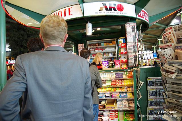 排隊在香煙書報攤買電話卡,一張10歐,最低面額就是10歐。