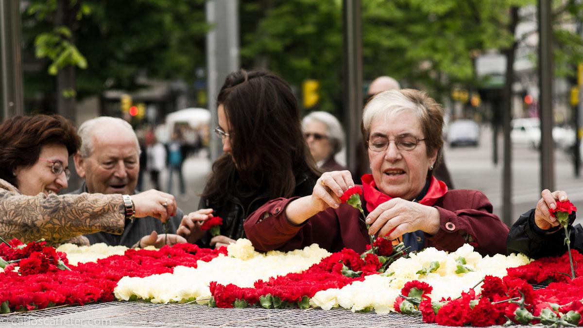 Tejiendo la bandera de flores