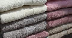 """Das Handtuch. Die Handtücher. Hier sieht man zwei Stapel Handtücher. • <a style=""""font-size:0.8em;"""" href=""""http://www.flickr.com/photos/42554185@N00/31469786615/"""" target=""""_blank"""">View on Flickr</a>"""