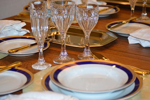 Mesa posta com porcelanas , cristais e e acessórios da Damiani Home3