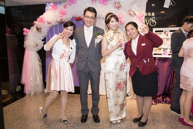 協助婚禮儀式的台北凱旋飯店工作人員