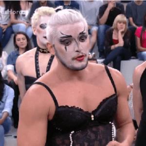 Na TV, Bruno Gissoni se apresenta de lingerie com grupo teatral