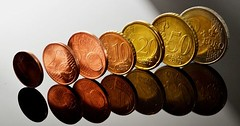 """Die Münze. Die Münzen. Oder: Das Hartgeld. Hier sieht man viele Euromünzen in einer Reihe. • <a style=""""font-size:0.8em;"""" href=""""http://www.flickr.com/photos/42554185@N00/30267691100/"""" target=""""_blank"""">View on Flickr</a>"""